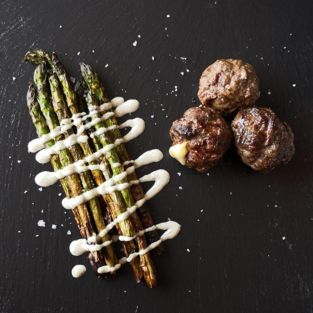 Polpette grigliate con cuore di formaggio e asparagi grigliati con maionese ai capperi.